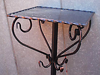 Кованый столик на кладбище.